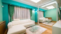 Bunda bisa mengakali ruang keluarga yang sempit dengan memasang lemari dengan cermin besar. Ini akan membuat ilusi seakan ruangan terlihat lebih besar. (Foto: iStock)