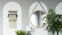Cermin bulat merupakan salah satu dekorasi yang unik dan tren untuk rumah minimalis. Cermin bulat yang serasi dengan laci ini membuat ruangan semakin cantik. (Foto: iStock)