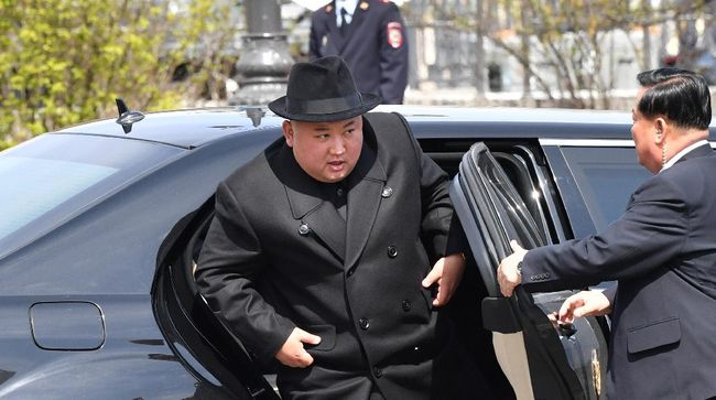North Korean leader Kim Jong Un gets out of his car for a ceremony upon his departure from Russia, outside the railway station in the far-eastern Russian port of Vladivostok on April 26, 2019. (Photo by Yuri KADOBNOV / AFP)