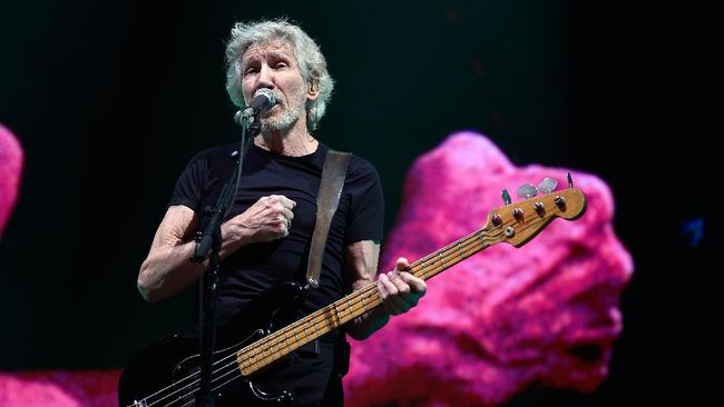 English singer/songwriter/bassist Roger Waters performs at the Sports Palace in Mexico City on November 28, 2018. - Waters is in Mexico for his tour called