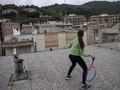FOTO: Bermain Tenis di Atap Rumah saat Lockdown Corona
