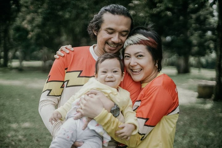Poppy Sovia bersama suami dan putrinya