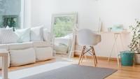 Meletakkan cermin di samping sofa juga menjadi dekorasi yang menarik untuk ruangan serba putih ini. Tanpa perlu digantung, cermin membuat ruangan terlihat tidak monoton. (Foto: iStock)
