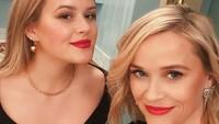<p>Reese Witherspoon bersama putrinya dengan Ryan Phillipe, Ava Elizabeth Phillippe memiliki wajah yang sama. Enggak heran keduanya seperti anak kembar atau kakak-adik, ini karena Reese Witherspoon sudah memiliki Ava di usia 19 tahun. (Foto: Instagram @reesewitherspoon)</p>