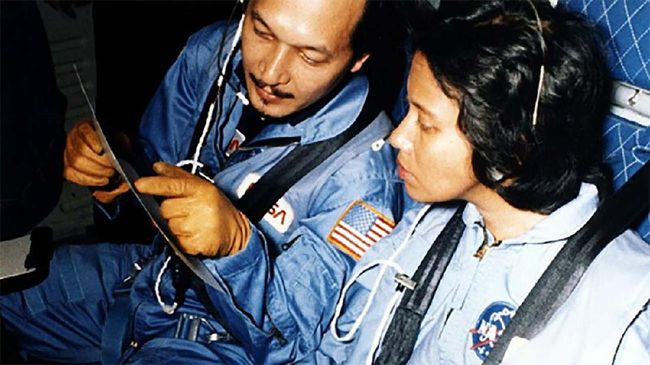 Pratiwi Pudjilestari Sudarmono selamanya terukir sebagai astronaut perempuan pertama di Indonesia, meski nasib membuatnya batal ke luar angkasa pada 1986.