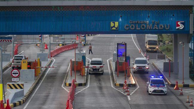 Kendaraan keluar tol melalui Gerbang Tol Colomadu, Karanganyar, Jawa Tengah, Selasa (21/4/2020). Pemerintah menetapkan kebijakan larangan mudik dan berencana mambatasi kendaraan yang melewati jalan tol hanya untuk kepentingan mengangkut logistik, layanan kesehatan hingga perbankan. ANTARA FOTO/Mohammad Ayudha/hp.