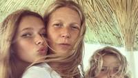 <p>Kalau ibu dan anak yang satu ini cukup sering diangkat oleh media-media luar, banyak yang bilang keduanya seperti kakak-adik dan anak kembar. Kalau menurut Bunda, Gwyneth Paltrow dan putrinya, Apple mirip enggak? (Foto: Instagram @gwynethpaltrow)</p>