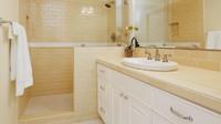 Cermin yang dipasang sepanjang dinding kamar mandi, membuat tempat ini terkesan lebih cerah dan besar. (Foto: iStock)