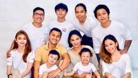 <p>Dari anak angkatnya, Amanda Annette Syariff, Anjasmara dan Dian Nitami memiliki dua orang cucu, yakni Akatara Pradipa Bayuaji dan Danendra Praska Bayuaji. (Foto: Instagram)</p>
