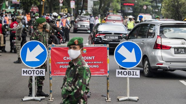 Petugas gabungan memeriksa kendaraan dari luar kota saat penerapan Pembatasan Sosial Berskala Besar (PSBB) di Pasteur, Bandung, Jawa Barat, Rabu (22/4/2020). Pemeriksaan tersebut dilakukan untuk mengingatkan masyarakat agar menerapkan PSBB selama 14 hari dalam rangka percepatan penanganan COVID-19. ANTARA FOTO/M Agung Rajasa/aww.