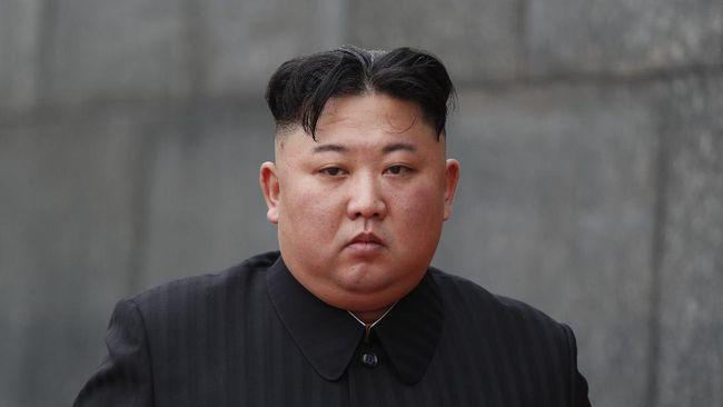 Kim Jong-un berziarah ke tugu makam keluarga pada Kamis (15/4) untuk memperingati ulang tahun kakeknya yang merupakan pendiri Korut, Kim Il-sung.