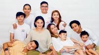 <p>Pasangan Anjasmara dan Dian Nitami memiliki empat orang anak, yakni Amanda Annette Syariff dan Aldi Syariff yang merupakan anak angkat serta Sasikirana Zahrani Asmara dan Arka Setya Andipa Asmara yang merupakan anak kandung. (Foto: Instagram)</p>