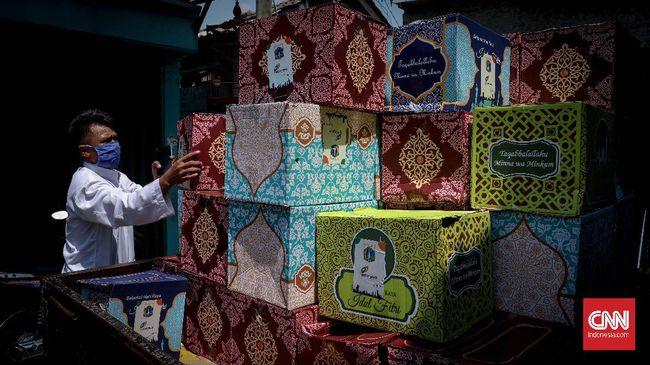 Warga mendistribusikan paket sembako ke rumah di kawasan Pondok Bambu, Jakarta, Rabu, 22 April 2020. Pemerintah DKI Jakarta menyalurkan bantuan sosial ke 1,2 juta warga yang tercatat sebagai keluarga miskin yang bermukim di Jakarta sejak 9 April lalu. CNNIndonesia/Safir Makki
