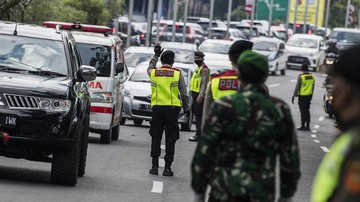 Polisi telah menutup jalan yang mengarah ke Istana Kepresidenan Jakarta sejak semalam, namun jalur TransJakarta masih tetap bisa dilalui.