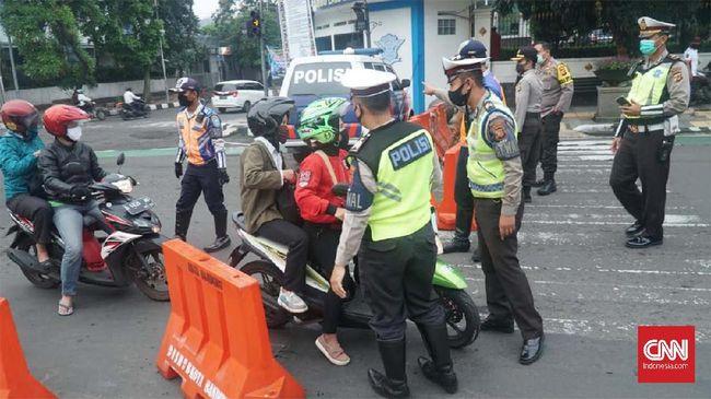 Sejumlah pengendara roda dua di Kota Bamdung masih berboncengan saat PSBB diberlakukan, Rabu (22/4).