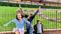 <p>Thalia telah menikah dengan Tommy Mottola pada 2 Desember 2000. Keduanya dikaruniai dua anak, yakni Sabrina Sakae yang lahir pada 2007 dan Matthew Alejandro yang lahir pada 2011. (Foto: Instagram @thalia)</p>