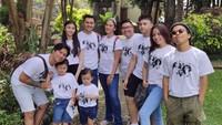 <p>Anjasmara dan Dian Nitami beserta anak dan cucu juga berkumpul bersama saat Lebaran tahun lalu. (Foto: Instagram)</p>