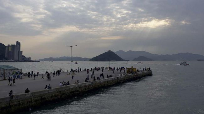In this picture taken on April 13, 2020, people visit a public cargo loading area dubbed 'Instagram Pier' in Hong Kong. - Starting on March 29 the city's government banned public gatherings of more than four people in an effort to curb the spread of the COVID-19 coronavirus. (Photo by Daniel SUEN / AFP)