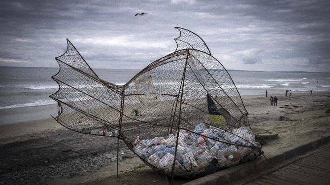 A plastic collector in the shape of a fish is seen by the beach in Playas de Tijuana, Baja California state, Mexico, on March 14, 2020. - April 22, 2020 commemorates the 50th anniversary of the World Earth Day. (Photo by GUILLERMO ARIAS / AFP)