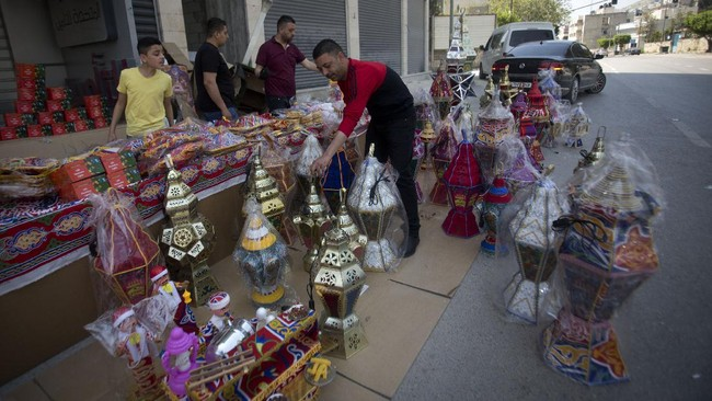 Palestinians sell Ramadan lanterns in the street, ahead of the fasting month of Ramadan, in the West Bank city of Nablus, Monday, April 20, 2020. (AP Photo/Majdi Mohammed)