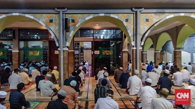 Pemerintah mengizinkan salat tarawih dan salat Idulfitri secara berjamaah di masjid dengan tetap mengacu protokol kesehatan.
