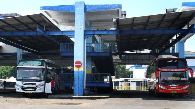 Awak bus menunggu penumpang di Terminal Arjosari, Malang, Jawa Timur, Kamis (23/4/2020). Organisasi Angkutan Darat (Organda) mencatat, pemberlakuan larangan mudik dalam pandemi COVID-19 membuat okupansi penumpang bus anjlok hingga di bawah 10 persen dan sekitar 1,5 juta jiwa pengemudi serta awak kendaraan terancam dirumahkan. ANTARA FOTO/Ari Bowo Sucipto/aww.