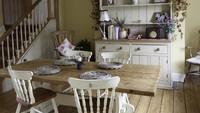 <p>Lampu meja, tanaman, dan foto bisa dipasang di ruang makan atau dapur. Kita juga dapat memilih kursi kayu yang disesuaikan dengan desain interior retro. (Foto: iStock)</p>