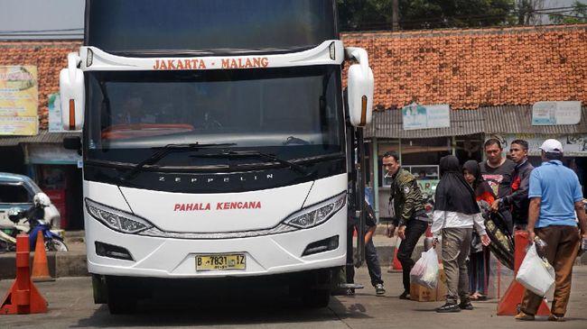 Sejumlah warga antre masuk bis antar provinsi untuk mudik lebih awal di Terminal Bis Pakupatan, Serang, Banten, Kamis (23/4/2020). Meski pemerintah melarang mudik lebaran tahun 2020, sejumlah warga tetap pulang ke kampung halamannya sebelum puasa dengan alasan sudah tidak ada pekerjaan meski nantinya harus menjalani isolasi mandiri.  ANTARA FOTO/Asep Fathulrahman/nz