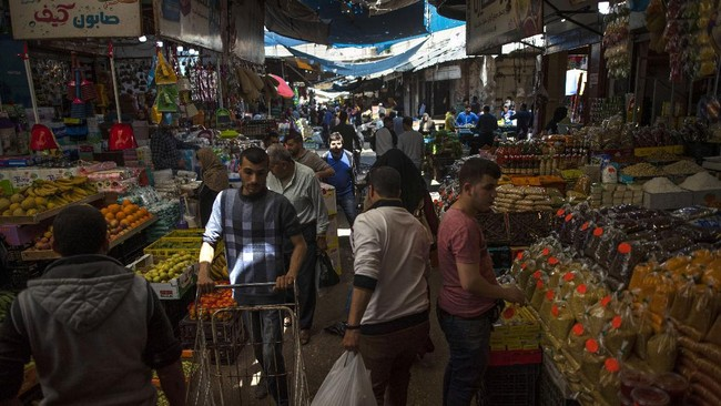 Palestinians shop in the Zawiya market ahead of the Muslim holy month of Ramadan, in Gaza City, Wednesday, April 22, 2020. (AP Photo/Khalil Hamra)