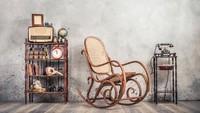 <p>Jangan takut dan ragu untuk menggunakan furnitur zaman dulu, seperti jam weker, telepon kabel kuno, bahkan kursi goyang ya, Bunda. (Foto: iStock)</p>