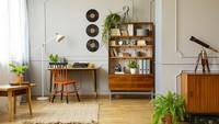 <p>Lemari kayu terbuka dan hiasan dinding dari piringan hitam, bisa menambah kesan retro di dalam rumah minimalis. (Foto: iStock)</p>