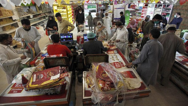 People wait their turn to checkout at a government-run supermarket, which provides special discount prices for the upcoming Muslim fasting month of Ramadan, in Islamabad, Pakistan, Wednesday, April 22, 2020. Ramadan begins with the new moon later this week as Muslims all around the world are trying to work out how to maintain the many cherished rituals of Islam's holiest month amid the coronavirus pandemic. (AP Photo/Anjum Naveed)