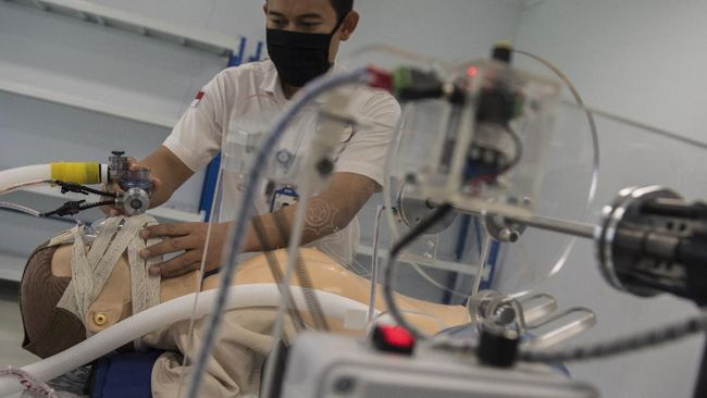 Karyawan menunjukkan penggunaan Pindad Ventilator Resusitator Manual (VRM) di Bandung, Jawa Barat, Jumat (24/4/2020). Pindad VRM yang dirancang dan dikembangkan bersama tim ahli medis dari RSU Pindad ini merupakan alat bantu pernapasan bagi pasien COVID-19 dan saat ini sedang dalam proses uji coba kelaikan ke Balai Pengamanan Fasilitas Kesehatan (BPFK) Kementerian Kesehatan. Pindad VRM ini dibandrol hanya dengan harga Rp10 juta per unit. ANTARA FOTO/M Agung Rajasa/wsj. *** Local Caption ***