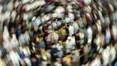 Umat Islam melaksanakan ibadah salat Tarawih malam pertama tanpa pembatasan jarak di Masjid Islamic, Lhokseumawe, Aceh, Kamis (23/4/2020) malam. Kendati pemerintah setenpat telah mengeluarkan instruksi pengaturan shaf posisi jarak jamaah ke kiri dan kanan sejauh 50 cm dan shaf depan dan belakang sejauh 140 cm dan mewajibkan pakai masker serta mencuci tangan sebagai upaya memutus mata rantai penyebaran COVID-19, tapi pelaksanaan tarawih tanpa physical distancing tetap berlangsung. ANTARA FOTO/Rahmad/aww.