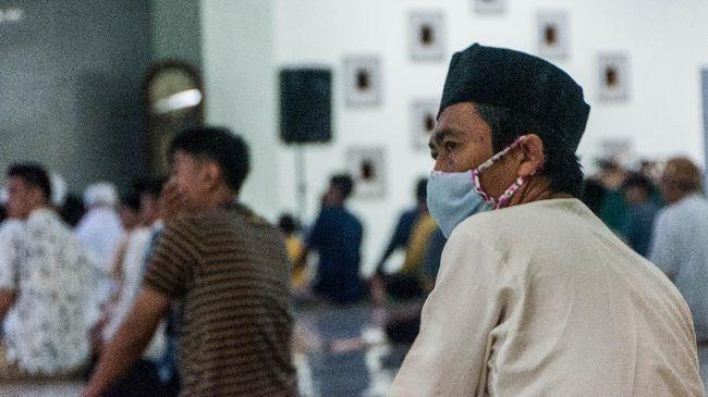 Warga menggunakan masker saat melaksanakan shalat tarawih di Masjid Agung Al-Araf, Lebak,  Banten, Rabu (23/4/2020). Warga setempat tetap menjalankan ibadah shalat tarawih berjamaah di masjid dengan mengikuti protokol kesehatan meski Majelis Ulama Indonesia (MUI) mengimbau masyarakat tidak melaksanakan shalat berjamaah di masjid selama ramadhan. ANTARA FOTO/Muhammad Bagus Khoirunas/aww.