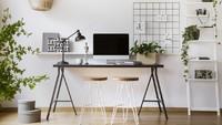 Ruangan berdinding putih tidak selalu berkesan monoton. Dengan tambahan meja berwarna hitam dan tanaman artifisial, ruangan ini terkesan sejuk dan hidup. (Foto: iStock)