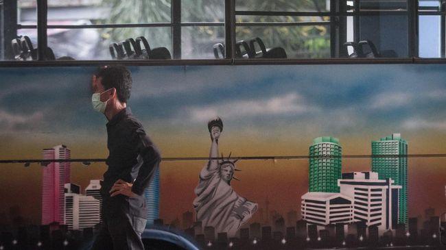 Sopir bus menunggu penumpang di Terminal Tirtonadi, Solo, Jawa Tengah, Jumat (24/4/2020). Aktifitas penumpang bus di Terminal Tirtonadi Solo pada hari pertama larangan mudik terpantau sepi. ANTARA FOTO/Mohammad Ayudha/pras.