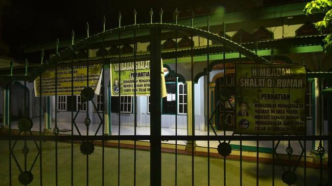 Suasana masjid yang pagarnya tertutup dan tidak melaksanakan shalat tarawih secara berjamaah di Palu, Sulawesi Tengah, Kamis (23/4/2020). Sebagian besar masjid di Kota Palu tidak melaksanakan shalat tarawih secara berjamaah sesuai anjuran pemerintah guna mencegah penyebaran COVID-19. ANTARA FOTO/Mohamad Hamzah/aww.