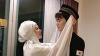 <p>Momen saat Ayana Moon merapikan peci yang dipakai oleh sang adik, Aydin. <em>So</em> <em>sweet</em> ya Bun. (Foto: Instagram @xolovelyayana)</p>