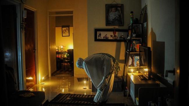 Umat Islam melaksanakan Shalat Tarawih saat permukimannya terdampak pemadaman listrik di Cinunuk, Kabupaten Bandung, Jawa Barat, Kamis (23/4/2020). Selama pandemi COVID-19, pemerintah menghimbau agar masyarakat untuk melaksanakan Shalat Tarawih di rumah guna mengantisipasi penyebaran COVID-19. ANTARA FOTO/Raisan Al Farisi/aww.