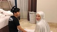 <p>Saat ke Jakarta, Ayana turut membawa serta sang adik tercinta. Keduanya juga terlihat salat berjemaah bersama. (Foto: Instagram @aydinmoon @xolovelyayana)</p>