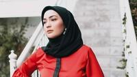 <p>Busana yang dipakai Imel terlihat stylish. Pakaian Imel cukup menarik perhatian, seperti baju merah kombinasi hitam ini. (Foto: Instagram @imelpc)</p>