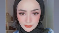 <p>Imel terlihat cantik ketika mengaplikasikan make up bold seperti di foto ini. Anting-anting yang ditempel di kerudung membuat penampilannya semakin menarik. (Foto: Instagram @imelpc)</p>