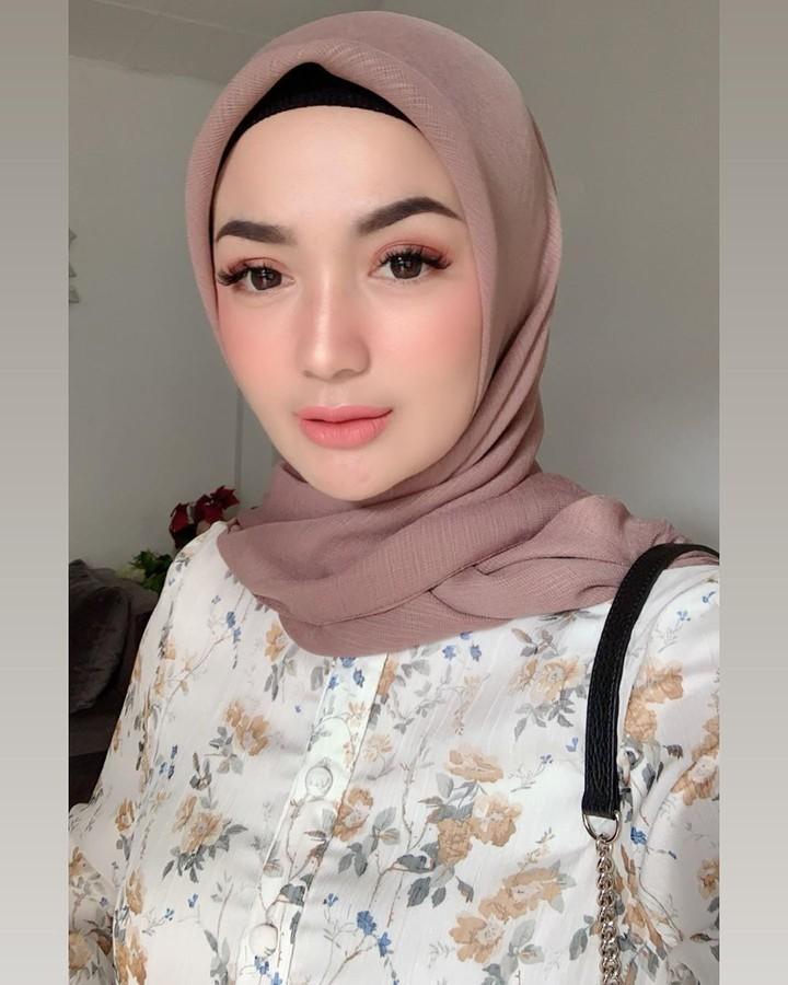 <p>Imel Putri Cahyati adalah mantan istri pengusaha Kalimantan Timur, Sirajuddin Machmud yang menikahi Zaskia Gotik. Mantan istri Sirajuddin ini memiliki paras yang cantik lho, Bun. (Foto: Instagram @imelpc)</p>
