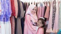 <p>Punya selera yang bagus di bidang fashion, Imel sekarang membuka bisnis baju muslim. (Foto: Instagram @imelpc)</p>