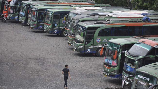 Seorang sopir berjalan di depan jajaran bus antarkota antarprovinsi (AKAP) yang dikandangkan di kawasan Medan Amplas, Sumatera Utara, Minggu (26/4/2020). Sejak adanya pembatasan mobilitas larangan mudik yang dilakukan oleh pemerintah guna mencegah penyebaran COVID-19, sejumlah pengusaha perusahaan otobus AKAP terpaksa mengandangkan armada sementara serta merumahkan supir dan kondektur akibat menurunnya pendapatan. ANTARA FOTO/Septianda Perdana/aww.