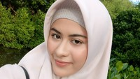 Dia selalu tampil cantik dengan menggunakan hijab. (Foto: Instagram @betariayu22)