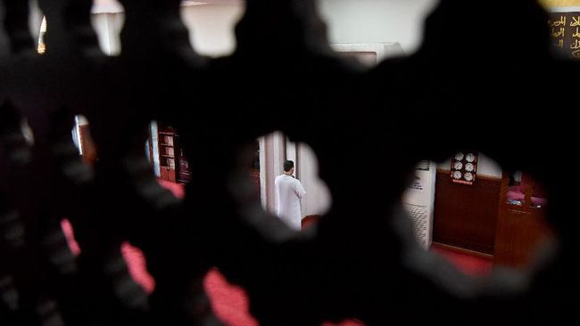 Xhemal Hafizi, Imam of the Tanners' Mosque, prays alone on the first night of the holy month of Ramadan, in Tirana on April 23, 2020 during a government-imposed nationwide lockdown as a preventive measure against the COVID-19 disease, caused by the novel coronavirus. (Photo by Gent SHKULLAKU / AFP)