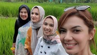 <p><em>Sister trip</em> ke Yogyakarta tanpa Sidah. Wah seru banget ya mereka menikmati alam hijau di tengah sawah, hingga kulineran selama di sana. (Foto: Instagram @nahlashihab)</p>