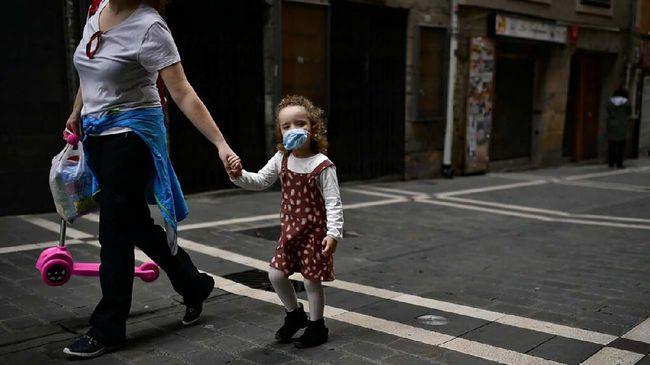 Orang tua disarankan mengajar anak untuk beradaptasi tanpa menakut-nakuti dengan menggunakan bahasa yang bisa dipahami.